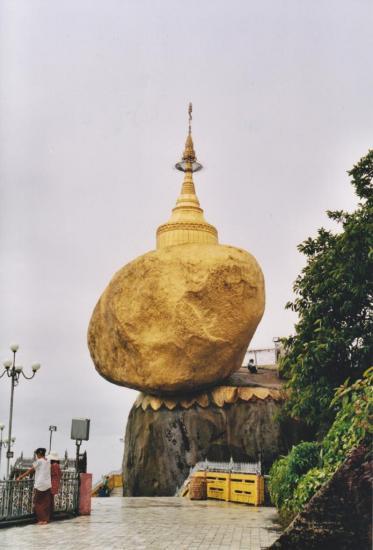 A quatre heures de route de BAGO : le rocher d'or