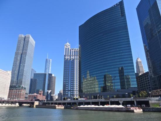 CHICAGO : immeubles construits au ras de la Chicago River