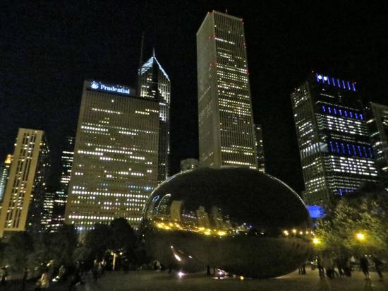 CHICAGO : la Cloud Gate la nuit : fantastique aussi !