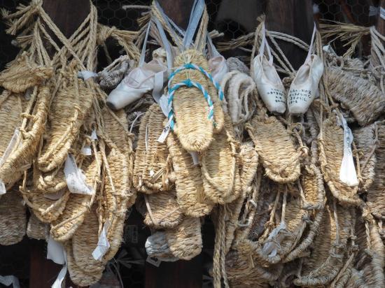 NAGANO : sandales en offrandes