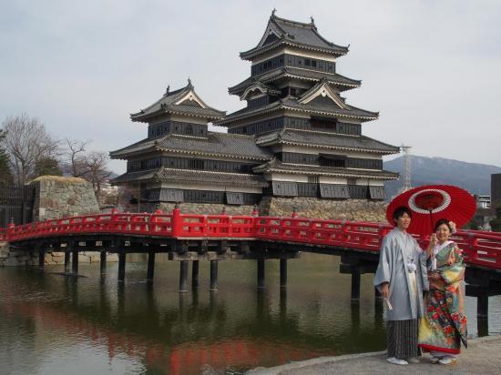 MATSUMOTO : les mariés devant le château