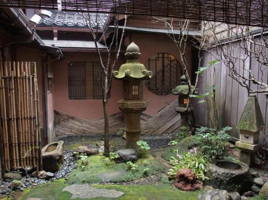 KANAZAWA : jardin intérieur d'une maison de geisha