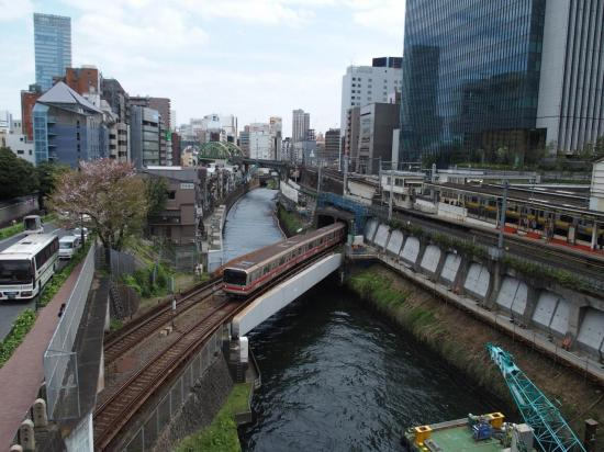 TOKYO : route, canal et train à KANDA