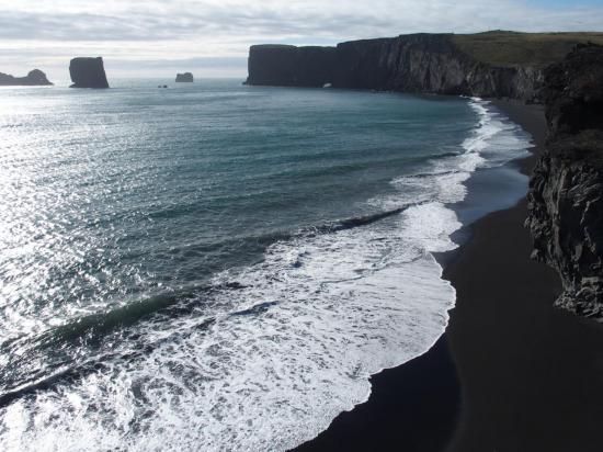 Plage de Kirkjufiara et le Dyrhólaey
