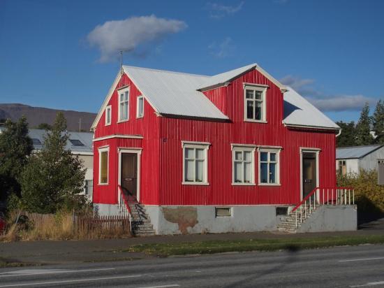Maison typique avec bardage en tôle ondulée peinte