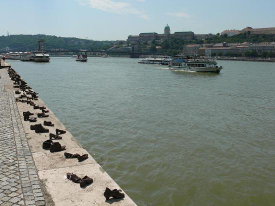 À la mémoire des juifs tués et jetés dans le Danube