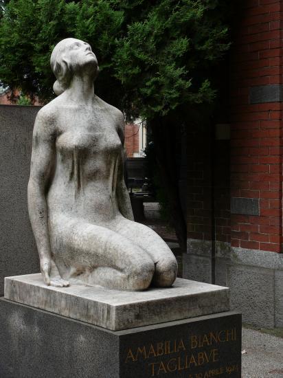 Et la nudité ose s'afficher au cimetière.