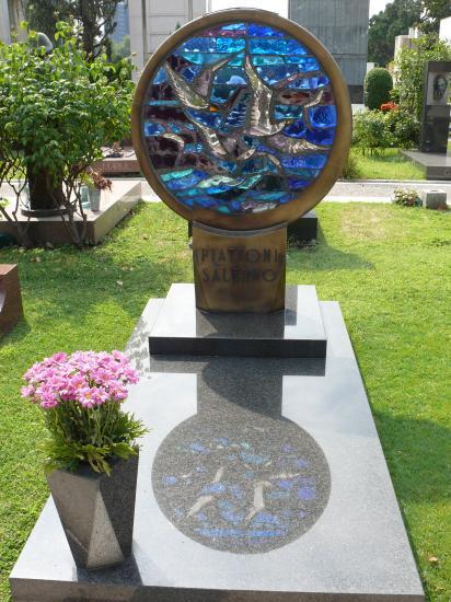 La sculpture moderne et ses coloris lumineux.