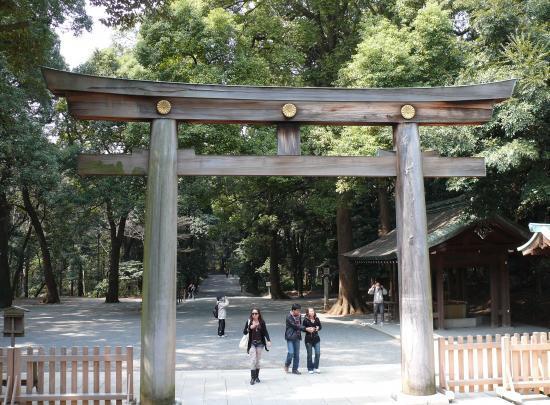 Le grand torii en bois du jardin Meiji