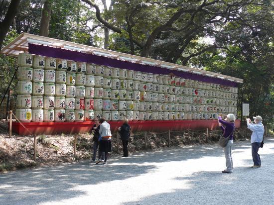 Des bonbonnes de saké près du sanctuaire ?