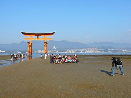 Deux symboles du JAPON : le torii et la photo de groupe
