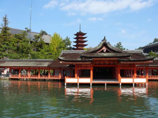 Le sanctuaire, la pagode à 5 étages et le SENJOKAKU.