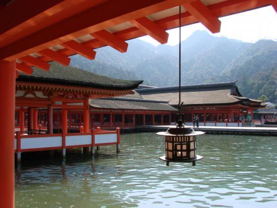 Le sanctuaire d' ITSUKUSHIMA : ses lanternes et ses galeries.