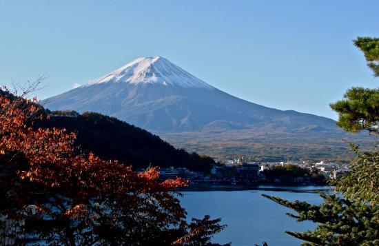 Mont FUJI, lac KAWAGUCHKO et arbres rouges.