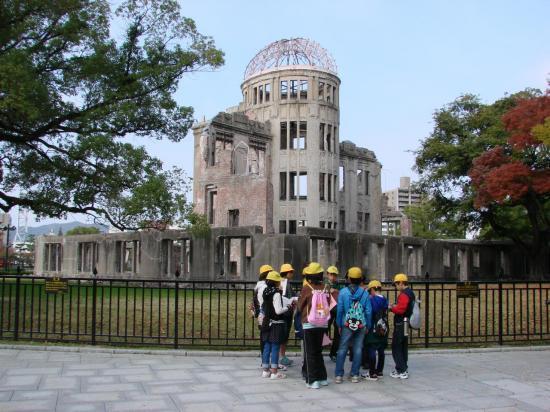 HIROSHIMA : des écoliers devant le dôme.