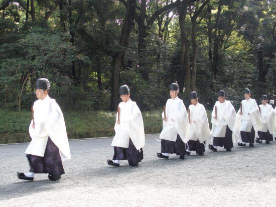 Prêtres shintos au sanctuaire Meiji