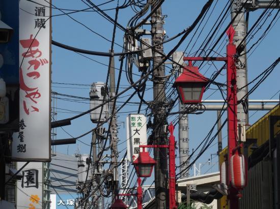 Câbles et poteaux bien typiques des villes japonaises