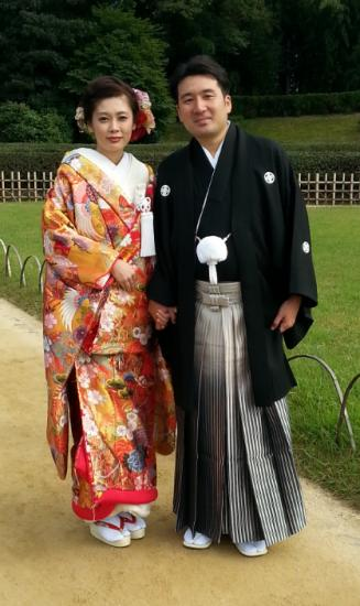 Mariés en habits traditionnels japonais