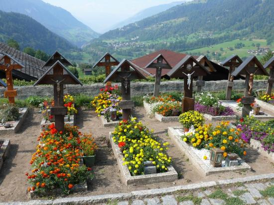 L'aspect des tombes semble très règlementé . . . et très fleuri.