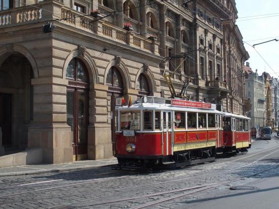 Un des vieux tramway de Prague