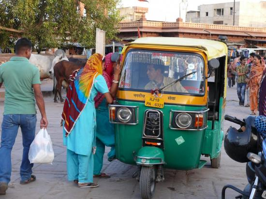 Femmes négociant le prix d'un tuk-tuk